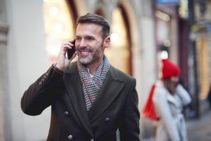 homme amoureux au téléphone